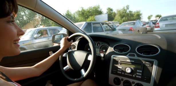 1 mulher-dirigindo-carro-sorrindo-radio-