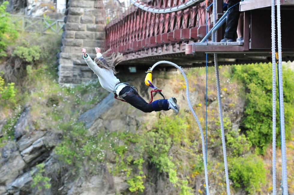 mulher-fazendo-bungy-jump