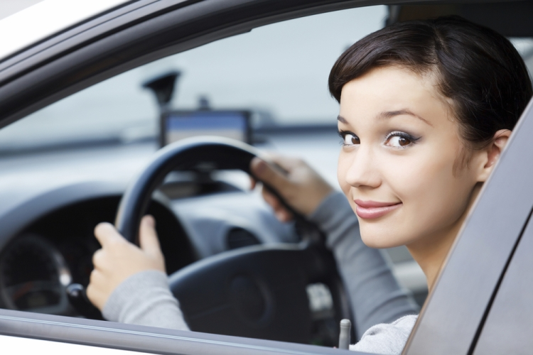 mulher-dirigindo-ao-volante